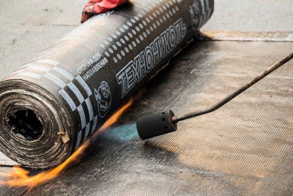 Укладка битумно-полимерной гидроизоляции с применением газовой горелки