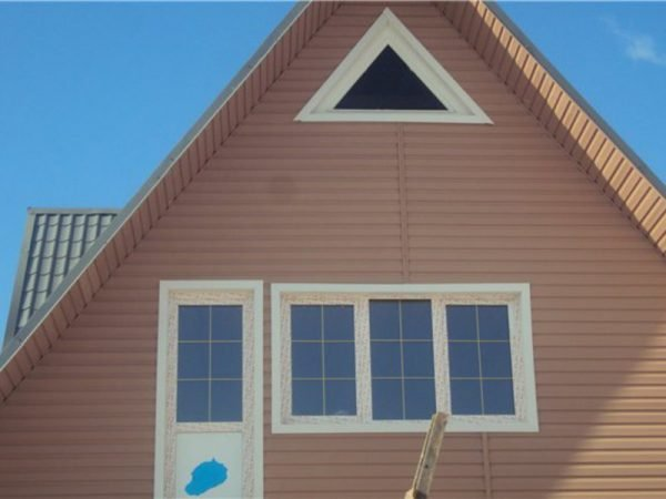 Обшивка фронтона дома