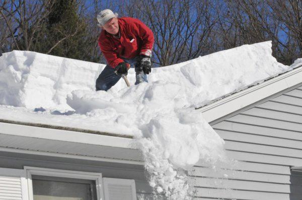 Очистка снега с ендовы