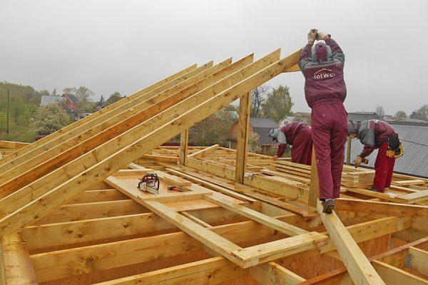 Монтаж стропильных ног двускатной крыши