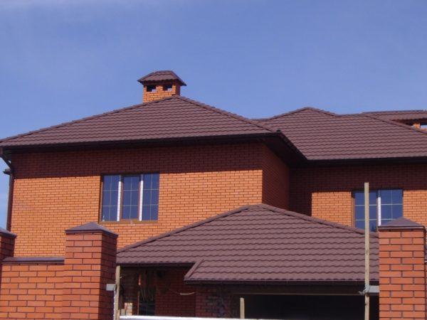 Тёмная крыша кирпичного дома