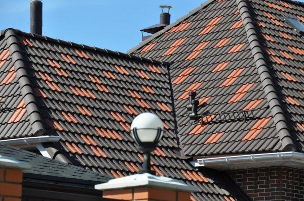 Крыша из композитной черепицы с дополнительными элементами