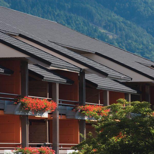 Отель с крышей из композитной черепицы