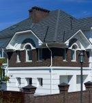 Двухэтажный дом под композитной черепицей