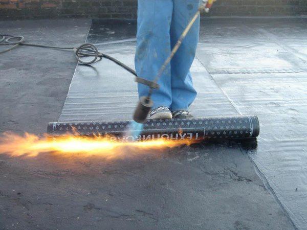 Укладка гидроизоляции на плоскую крышу