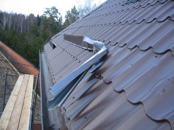 Деформированный снегозадержатель на крыше
