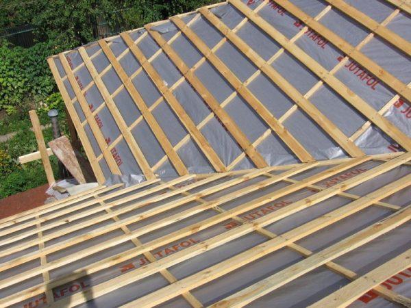 Стропильная система во время ремонта крыши из металлочерепицы