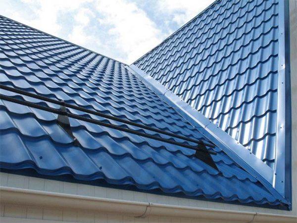 Крыша из металлочерепицы с ендовой