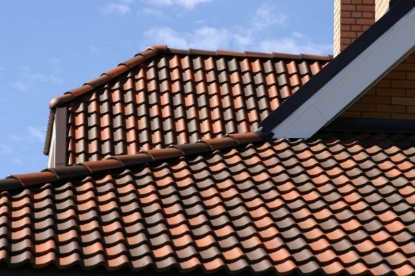 Крыша с покрытием из современной цементно-песчаной черепицы