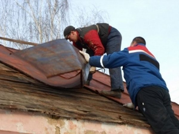 Разрушение крыши от ветра