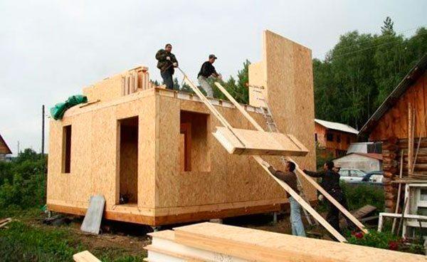Подъем СИП-панелей на крышу