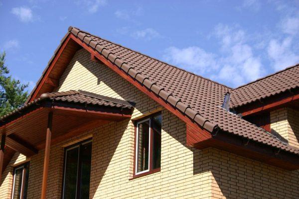 Крыша с покрытием из цементно-песчаной тёмной черепицы