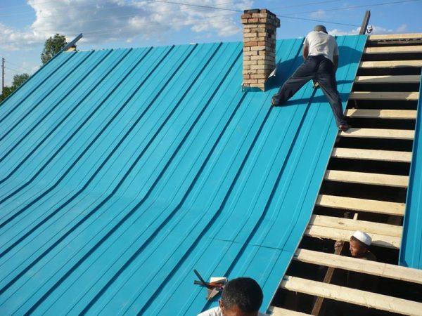Монтаж листов фальцевой крыши