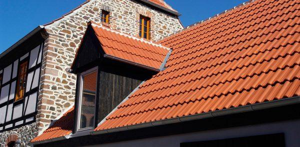 Крыша из яркой цементно-песчаной плитки