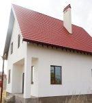 Двускатная яркая крыша дома