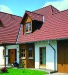 Красивая крыша с покрытием из цементно-песчаной черепицы