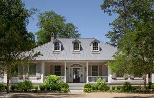 Загородный дом с надёжной, красивой и долговечной фальцевой кровлей.
