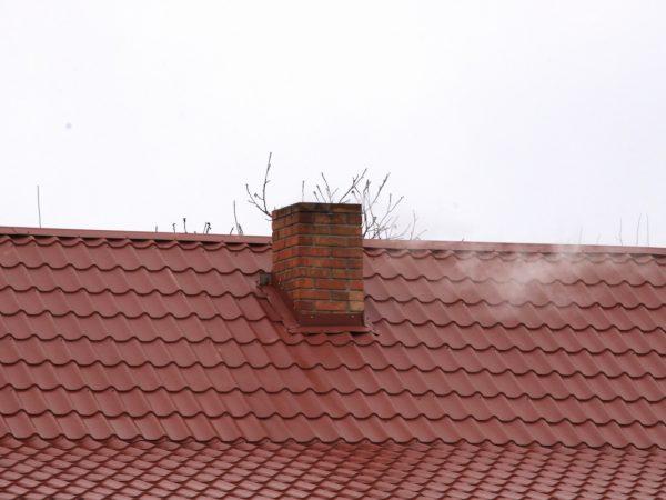 Вывод дымохода вблизи конька крыши
