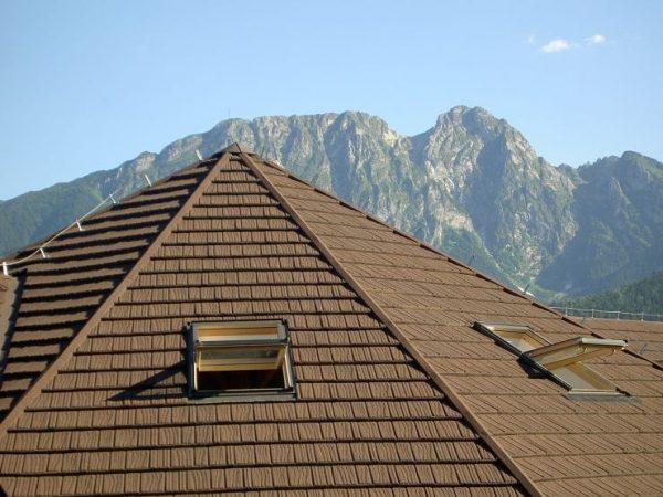 Дом с крышей из композитной черепицы в горах