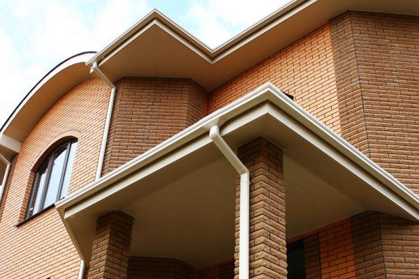 Пример ухоженного и привлекательного дома с правильно организованным водостоком, частью которого является капельник