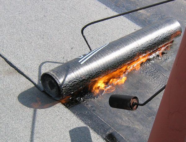 Укладка кровельного материала газовой горелкой