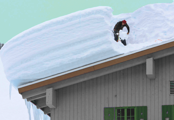 Слой снега на крыше