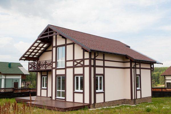 Жилой дом под битумной черепицей в Тульской области