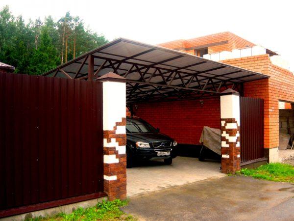 Просторный гараж с крышей из поликарбоната
