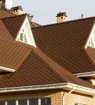 Сложная крыша жилого дома