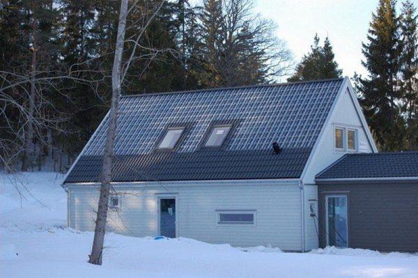 Крыша из стеклянной черепицы в зимнее время