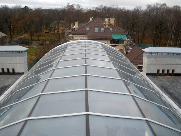 Стеклянная крыша над садом