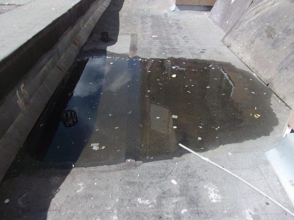 Засорение сливной воронки на крыше