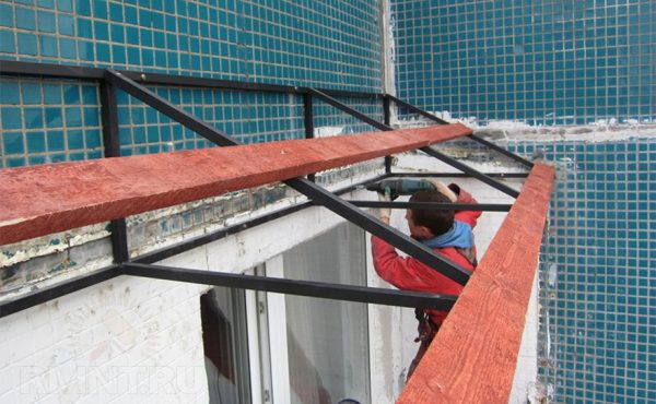 Монтаж каркаса кровли для балкона