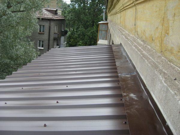 Листы профнастила на крыше балкона