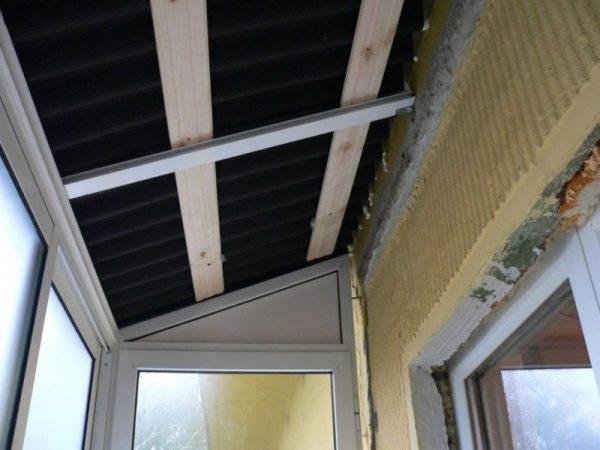 Крыша балкона изнутри помещения