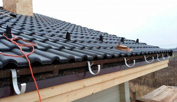 Подножечные элементы черепицы на крыше
