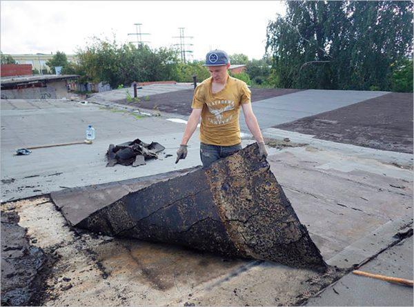 Демонтаж старого рубероида с плоской крыши