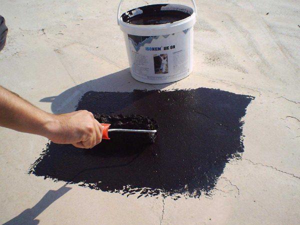 Нанесение битумного праймера на плиту перекрытия