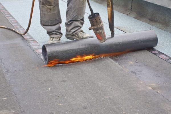 Укладка битумно-рулонного покрытия при помощи горелки