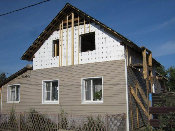 Дом со строящейся мансардой