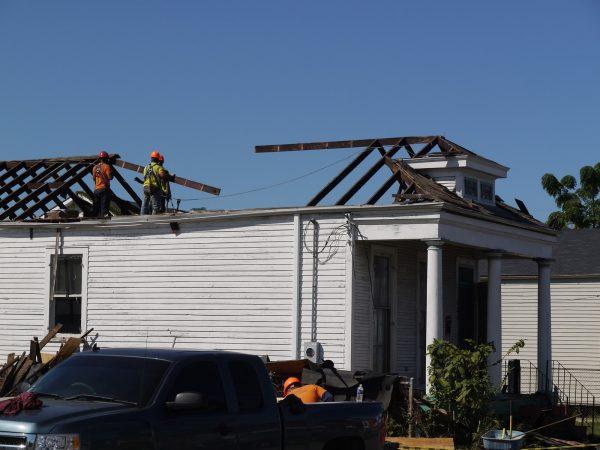 Демонтаж изношенной крыши