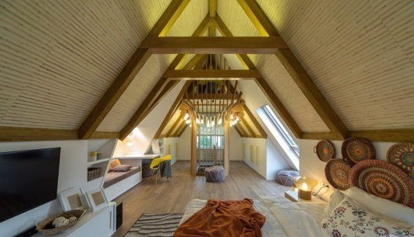 Мансарда с низкими потолками под двускатной крышей