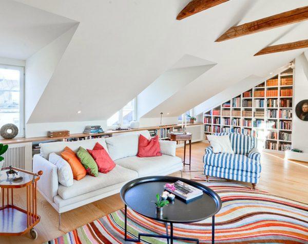 Надстройка с наклонной крышей оформлена в светлых тонах
