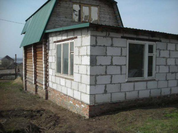 Дом и баня с одной общей стеной