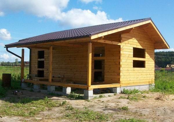Двускатная крыша дома с баней