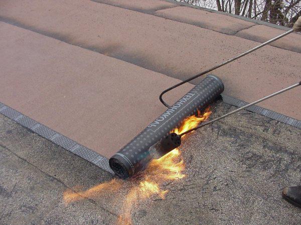 Наплавление рулонного полотна на крышу