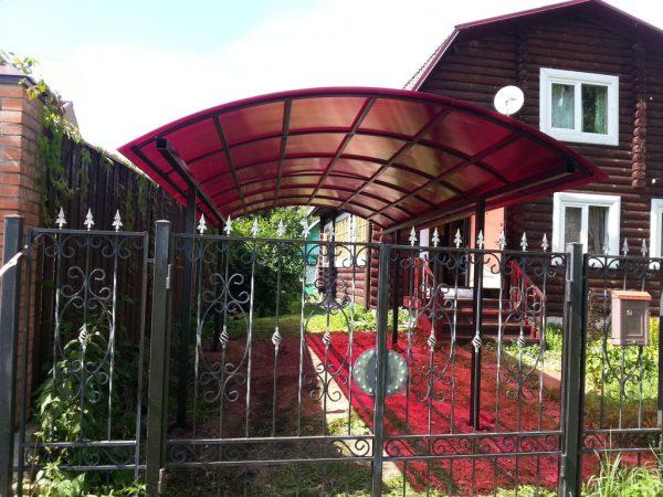 Навес из красного поликарбоната