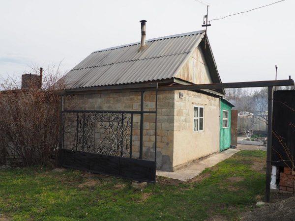 Дом с шиферной крышей