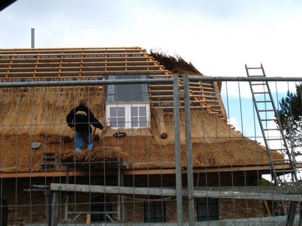 Укладка соломенно-тростниковой крыши