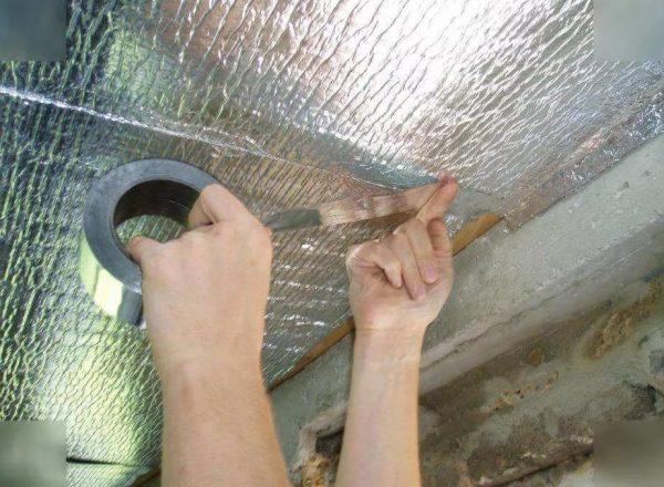 Обработка стыков изоляции металлизированным скотчем